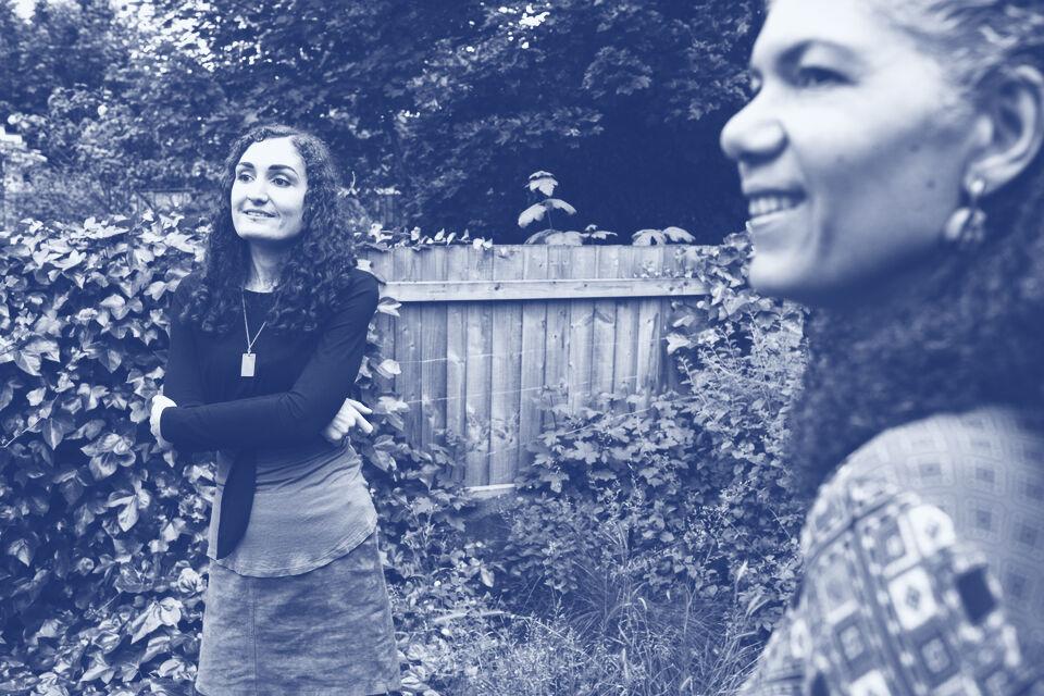 Women Talking Outside 39632 0819 Ms1